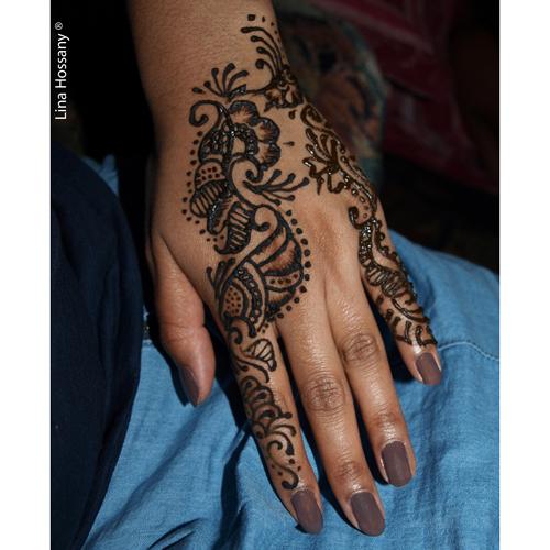 Tatouage au henné sur la main