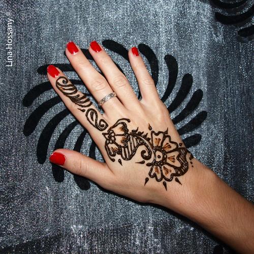 Main dessin fleur p1010641ok mon tatouage au henn com - Dessin 2 mains ...